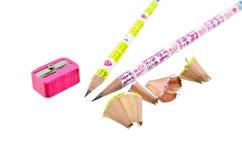 Vässat blyertspenna och hyvelspån Arkivbilder