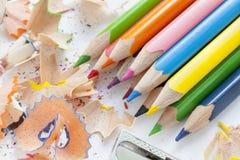 Vässat färgglat blyertspennor och hyvelspån Royaltyfria Bilder