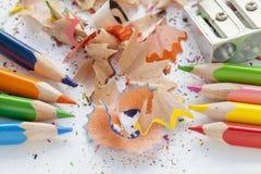Vässat färgglat blyertspennor och hyvelspån Arkivfoton