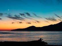 Västkusten F. KR. Kanada för måne för solnedgång för Vancouver ö arkivbild