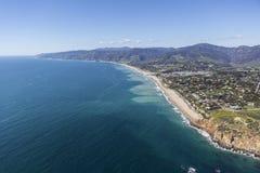 Västligt och Zuma sätter på land den Malibu Kalifornien antennen royaltyfri fotografi