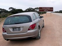 Västra Australien, AuGetting som är klar att starta en vägresa på den kallade längsta raka vägen för Australien ` s royaltyfri fotografi