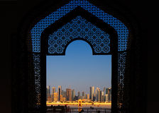 Västra Bay City horisont som beskådad från den storslagna moskén Doha, Qatar Royaltyfri Foto
