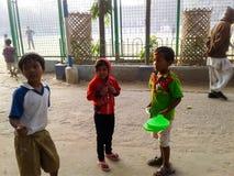 Västra Bengal, Indien December, 07, 2017 - barn diskuterar Arkivbild