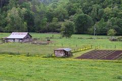 Västra fält och ladugård för NC lantgård plöjt Arkivbild