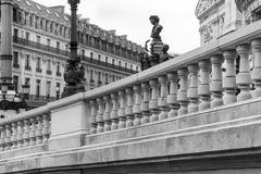 Västra fasad av den storslagna operan & x28; Opera Garnier& x29; i svart och whit PA Arkivbilder