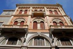 Västra flank i solen av den stora slotten av Debite i Padua i Venetoen (Italien) royaltyfri fotografi