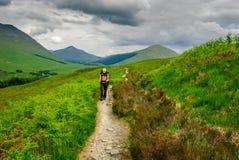 Västra höglands- väg Skottland för fotvandrare Arkivfoton