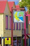 Västra Indies som är karibiska, Antigua, St Johns, färgglade byggnader på den Redcliffe gatan Arkivfoto