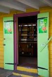 Västra Indies som är karibiska, Antigua, St Johns som är färgglat shoppar dörröppningen Arkivbilder