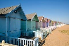 VÄSTRA MERSEA, ESSEX/UK - JULI 24: Strandkojor på västra Mersea på Fotografering för Bildbyråer