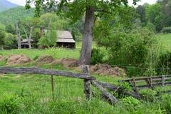 Västra NC-lantbrukarhem med det wood staketet Arkivbild
