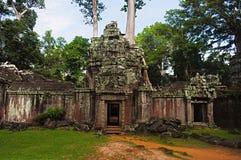 Västra port av Ta Prohm, Angkor, Cambodja Djungeltempel med massiva träd som växer ut ur dess väggar Royaltyfri Bild