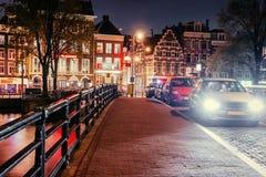 Västra sida för Amsterdam kanaler på skymning Natherlands royaltyfri bild