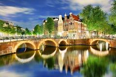 Västra sida för Amsterdam kanaler på skymning Natherlands, Europa arkivfoto