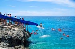 VÄSTRA SIKT, COLOMBIA - OKTOBER 03, 2017: Oidentifierat folk som glider, i en blå kälke, att simma och att tycka om Royaltyfri Bild