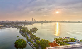 Västra sjö för solstjärnasolnedgång i Hanoi, Vietnam Arkivbild
