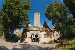 Västra slottport i den medeltida staden av Rothengurg obder Tauber, Tyskland Arkivbild