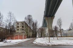 Västra snabb diameter över husen på den Kanonersky ön i vinter petersburg saint Ryssland, arkivbilder