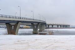 Västra snabb diameter i vinter okhtinsky petersburg russia för bro saint royaltyfria foton