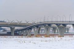 Västra snabb diameter i vinter okhtinsky petersburg russia för bro saint royaltyfria bilder