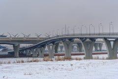 Västra snabb diameter i vinter okhtinsky petersburg russia för bro saint arkivfoto