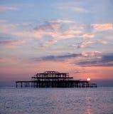västra solnedgång för brighton pir s Royaltyfri Bild