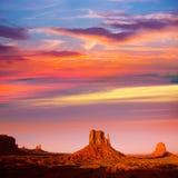 Västra solnedgång för tumvante och Merrick Butte för monumentdal arkivbild