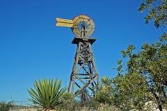 Västra Texas träväderkvarn i det stora krökningområdet Royaltyfri Bild