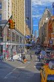 Västra 44th gata och majestätisk teater i midtownen Manhattan Royaltyfria Foton