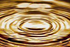 Vätskeguld- krusning eller vatten Royaltyfri Bild