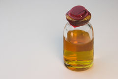 vätskeorange liten medicinflaska Royaltyfri Bild