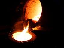 Vätskeröd metall i gjuteri royaltyfri fotografi