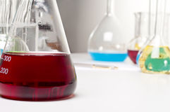 vätskered för flaskaobjektlaboratorium Fotografering för Bildbyråer