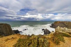 Vätskesilver - Atlantic Ocean och mörk himmel Fotografering för Bildbyråer