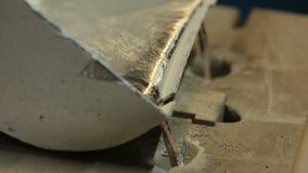 Vätskesmält metall flödar från formen stock video