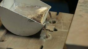 Vätskesmält metall flödar från formen arkivfilmer