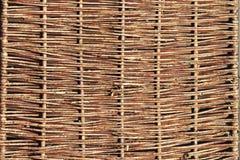 Väva från pilfilialer Bakgrund för designen av naturliga delar handwork Bruk av naturresurser Staket från träd royaltyfri bild
