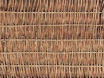Väva från pilfilialer Bakgrund för designen av naturliga delar handwork Bruk av naturresurser Staket från träd royaltyfri fotografi