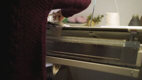 Väva tyg på vävstolmaskinen Manuell handarbeteutrustning arkivfilmer