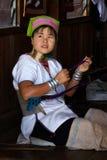 Vävare av en nationality Padaung.InnLake, Inle, Burma, Myanmar, Arkivfoton
