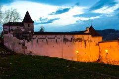 Vävarnas bastion och gamla vägg som omger den gamla staden av Brasov Inage på den blåa timmen royaltyfri foto