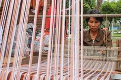 Vävkläder för gammal kvinna på den årliga Lumpini kulturella festivalen Royaltyfri Foto