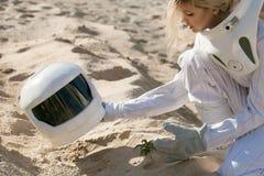 Väx växter på Mars, futuristisk astronaut utan en hjälm, en annan planet, bild med effekten av toningen Royaltyfria Bilder