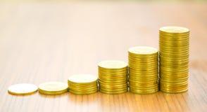 Växande begrepp för graf för guld- mynt för affär Arkivbilder