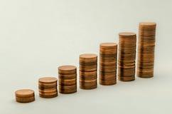 Växande berg av mynt i valör av två eurocent på vit bakgrund Arkivfoto