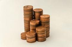 Växande berg av mynt i valör av två eurocent på vit bakgrund Royaltyfri Bild