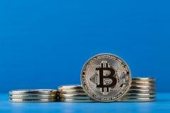 Växande högar och den främre sidan av den faktiska valutabitcoinen Fotografering för Bildbyråer