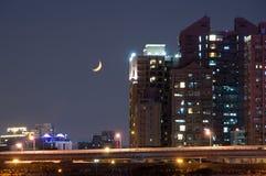 Växande måne och stad Royaltyfri Bild