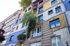 Växande träd från den färgrika väggen av det berömda huset i Wien på hösten fotografering för bildbyråer